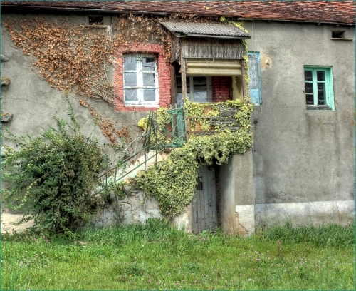 van oude huizen die voorbijgaan
