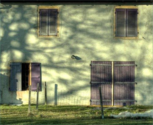 boerenhuis-met-paarse-luiken-in-artaix